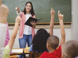مأساة المعلمين في أمريكا.. مدرسة تضطر للعمل كبائعة في محل بقالة (جراف)