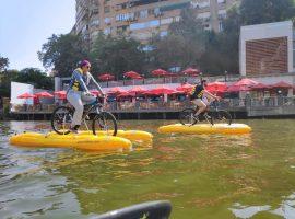 مصريون يستمتعون بالتجول فوق مياه النيل على متن دراجات هوائية