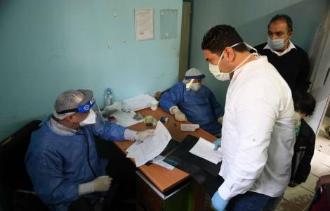 «تأكيد على قدرات الطبيب المصري».. لجنة مكافحة كورونا : إحنا الدولة الوحيدة اللي قولنا هنكمل بعلاج الهيدروكسي