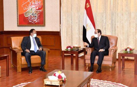 «استغلال جميع فرصة تعزيز التكامل» .. تفاصيل لقاء السيسي مع رئيس وزراء السودان